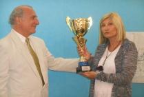 Antoine Antolini, commissaire de l'exposition, à eu l'honneur de remettre le Trophée de Peinture de Marines attribué par le Jury  à la peintre Christiane BROUSSARD